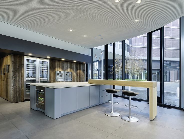 The new Munich flagship showroom emphasises quite literally our Black Forest roots with tree trunks stretching from floor to ceiling. Together with the wooden walls, this creates a soft contrast to the glass and stainless steel of the appliances on display.