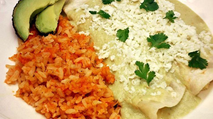 Los aguacates son unos de los ingredientes mas usados en mi cocina ya sea que los use como guarnición, para hacer un guacamole, o una salsa para acompañar nuestros platillos favoritos. Mi salsa de aguacate favorita es una salsa verde hecha con tomatillos, chiles serranos, y crema mexicana. Es una salsa muy versátil porque la puedes usar para acompañar comidas como los tacos y/o tostadas,  como aderezo en una ensalada de lechuga, o de mi manera favorita: con estas enchiladas de queso donde…