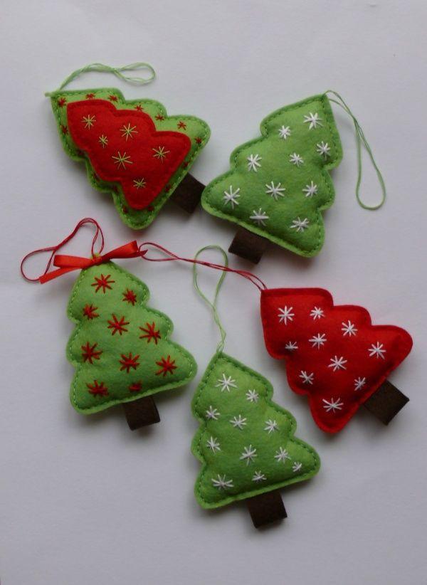 Vánoční stromeček Rozměr 11 x 8 cm, vyrobeno z plsti (filcu) a vyplněno dutým vláknem. Cena za 1 ks, na přání lze vyrobit požadovaný počet a barvenou kombinaci.