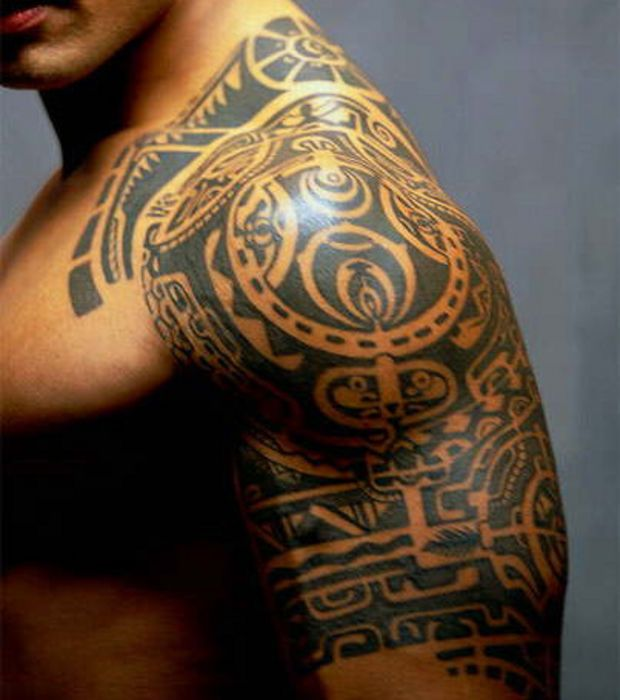 Gros plan sur le tatouage Tribal de Dwayne Johnson, alias The Rock
