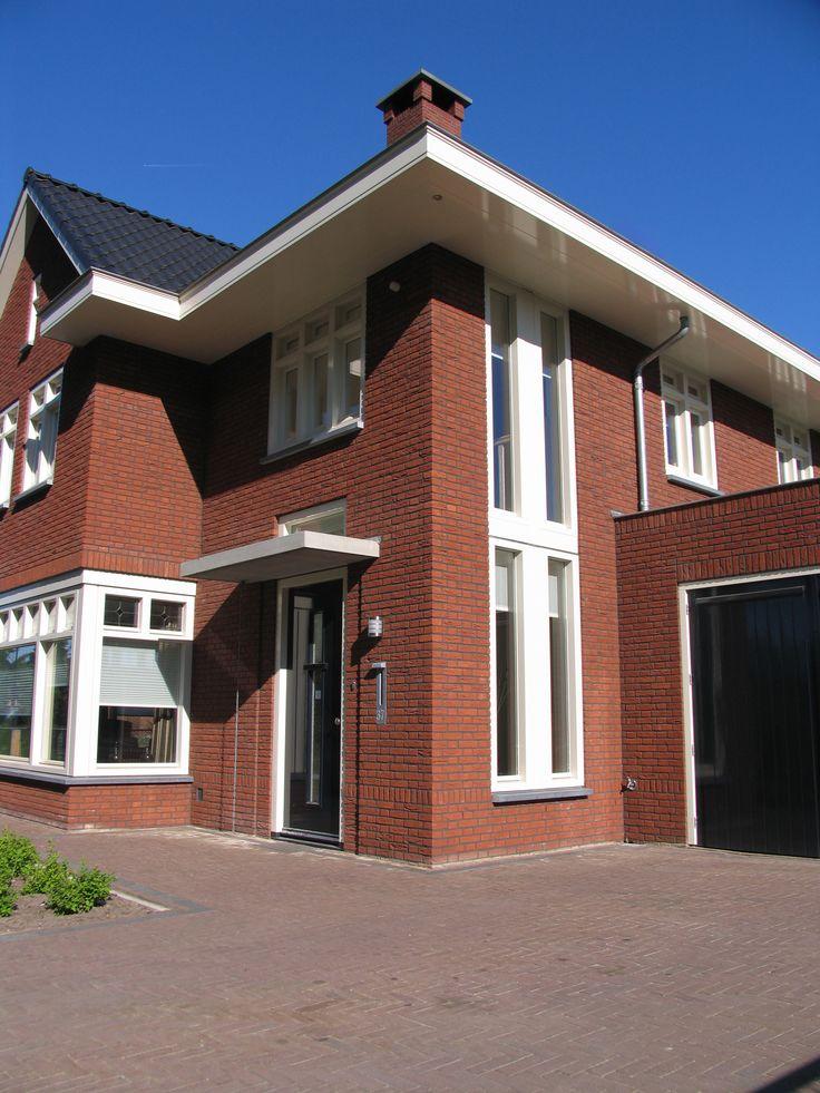klassieke jaren dertig geïnspireerde woning   vrijstaande woning in een jaren 30 stijl met fraai uitgewerkte erker, ruime goten en gebouw hoog kozijn in de entreepartij