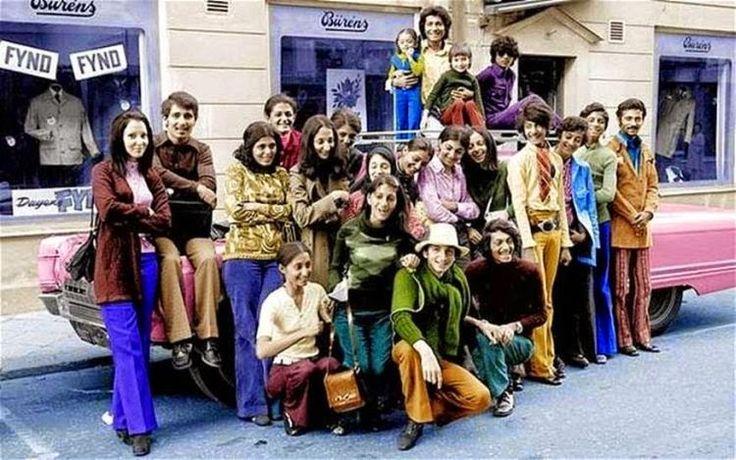 Ο Μπιν Λάντεν σε νεαρή ηλικία μαζί με την οικογένειά του στη Σουηδία κατά τη δεκαετία του 1970. Ο Μπιν Λάντεν είναι ο δεύτερος από τα δεξιά με την πράσινη μπλούζα.