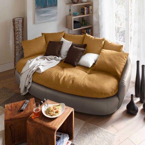 Schickes Sofa In Gradlinigem Design. Beine Ablegen Und Relaxen!