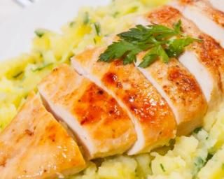 Blanc de poulet vapeur et purée de céleri persillée : http://www.fourchette-et-bikini.fr/recettes/recettes-minceur/blanc-de-poulet-vapeur-et-puree-de-celeri-persillee.html