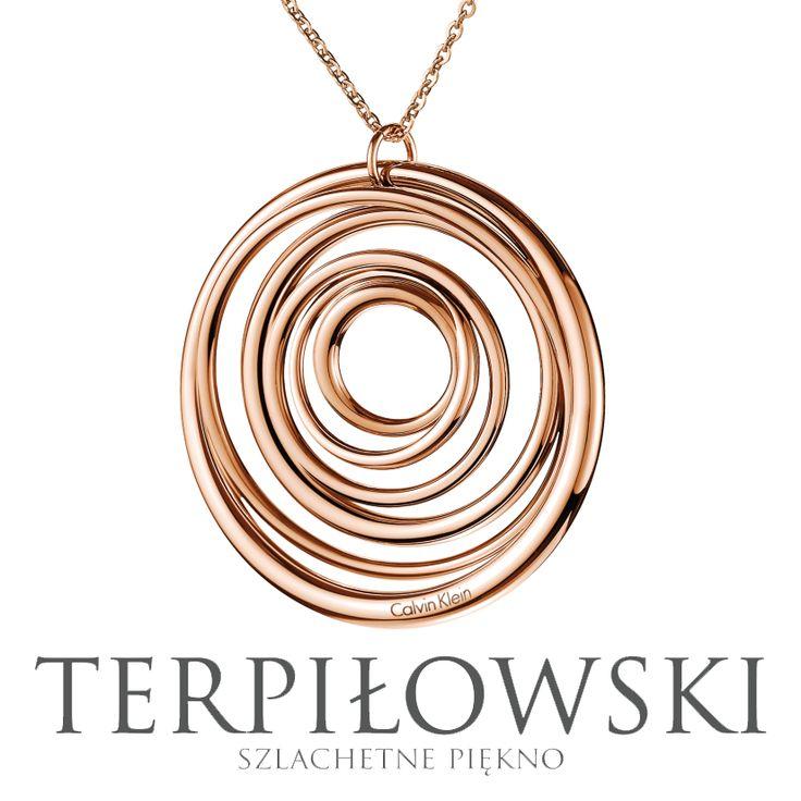 Szeroka gama nowoczesnej biżuterii Calvin Klein dostępna od ręki w sklepie internetowym oraz w Salonach Terpiłowski