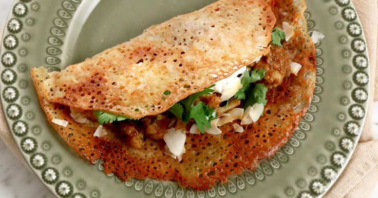 Indiska pannkakor som fylls med en härligt kryddig curry på potatis, blomkål och tomat.