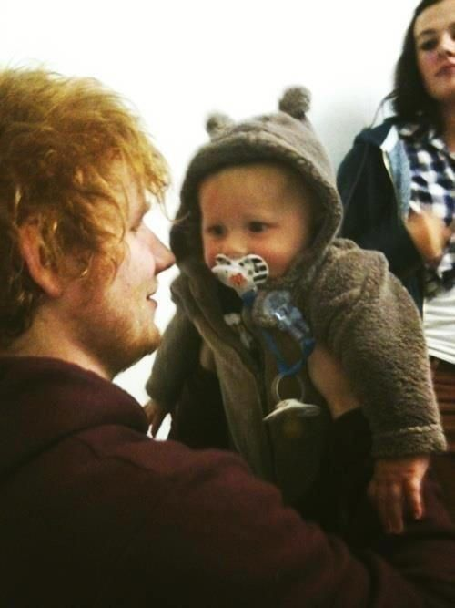 ED SHEERAN IS HOLDING LUX AND IT'S THE CUTEST FREAKING THING EVER