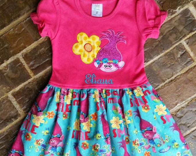 Amapola rosa caliente de la muchacha el Troll vestido con flor, número o nombre
