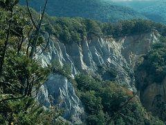 まさに日本のグランドキャニオン 青森県の日本キャニオンを紹介します 日本キャニオンは十二湖の入口世界遺産白神山地に抱かれる大断崖です 浸食崩壊によって山の斜面の白い岩肌がむき出しになった姿は見応ありですよ(-) tags[青森県]
