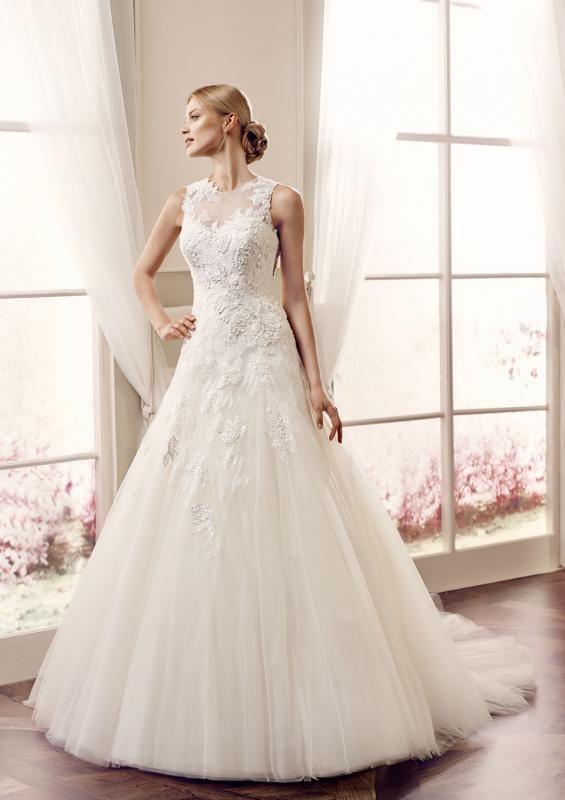 Igen Szalon Modeca wedding dress - Suzette #igenszalon #Modeca #weddingdress #bridalgown #eskuvoiruha #menyasszonyiruha #eskuvo #menyasszony #Budapest