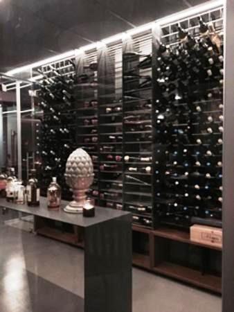 #Arredamento #design per #ristorante con porta #bottiglie #vino in acciaio Esigo 2 Net - Modern #wine furniture with Esigo 2 Net steel #wine #bottles rack