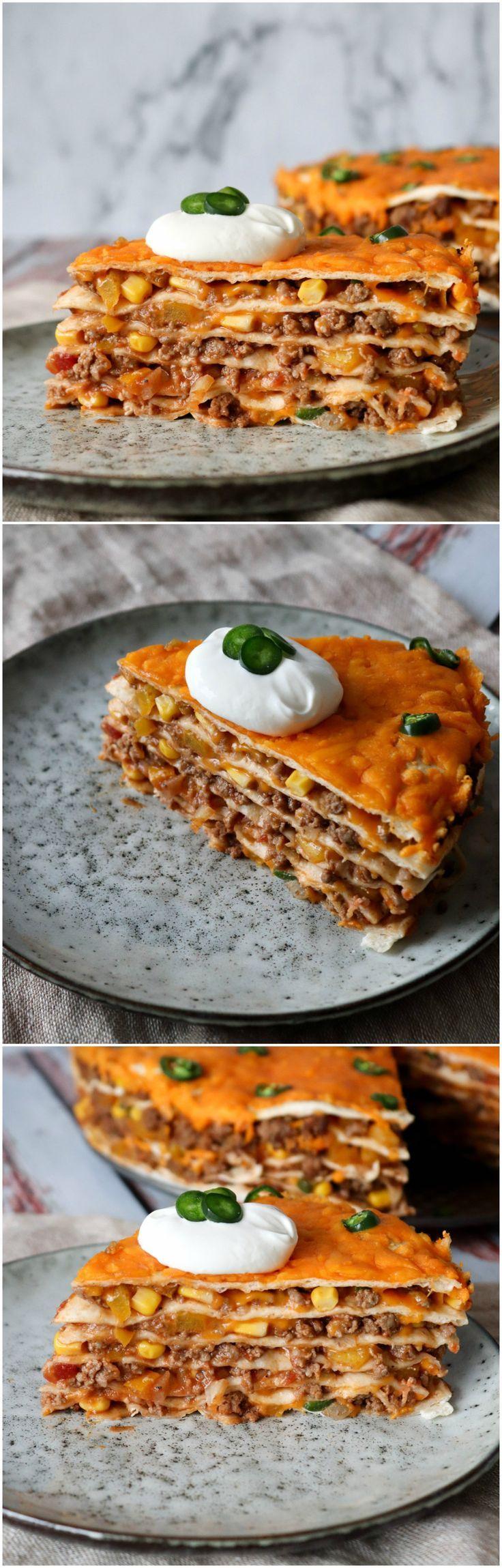 Den lækreste tortillalasagne! En ret hele familien vil elske! Det er en super nem opskriften til aftensmaden. Den er proppet med kødsauce, majs, cheddar og jalapeños. En anderledes måde at få tortillas på. Et hit hos ungerne!