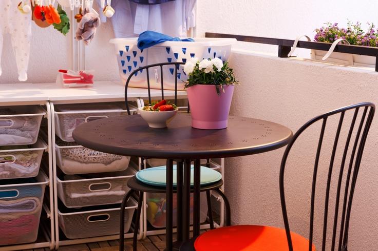 În aerul proaspăt al rufelor abia spălate, ȋți poți lua un răgaz la soare pentru o mică gustare. Creează-ți locul tău ideal ȋn balcon, cu masa și scaunele LACKO pentru exterior.