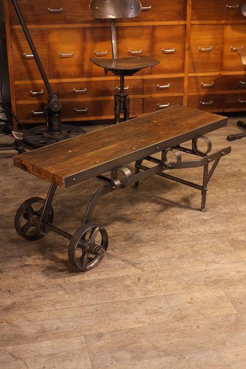 Table basse industrielle roulettes fonte ancienne plus d'info sur : http://ift.tt/1j72nM2 #deco #vintage #industriel #loft