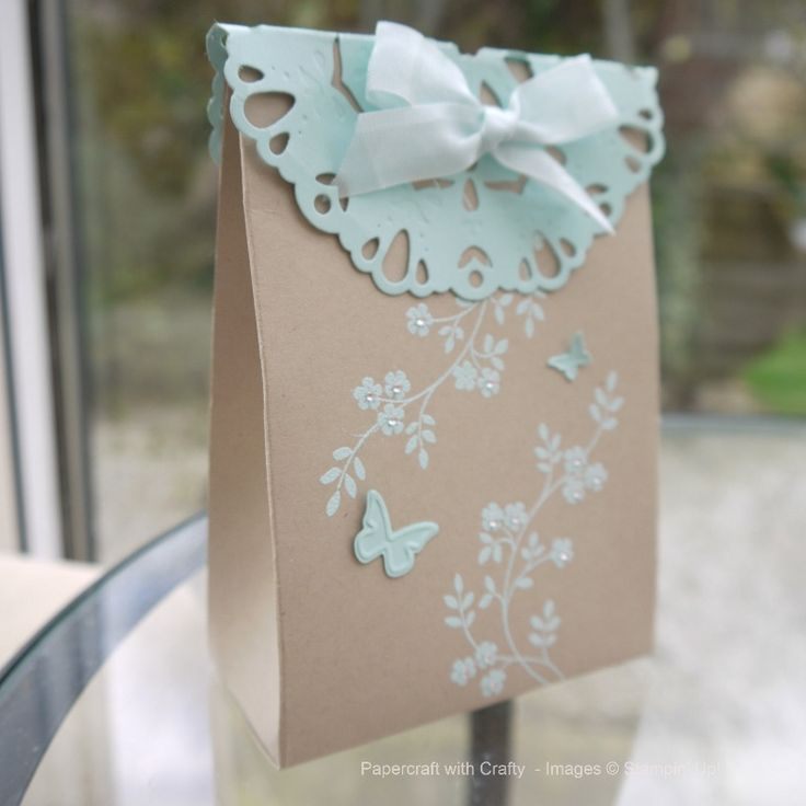 Giftbox/bag with Doily Die Closure and Beautiful Wings Embosslits by Stampin' Up! https://www.facebook.com/PapercraftwithCrafty/photos/pcb.1626560847557017/1626560440890391/?type=1&theater