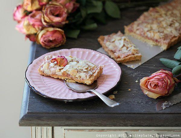 Mazurek różany z migdałami | White Plate