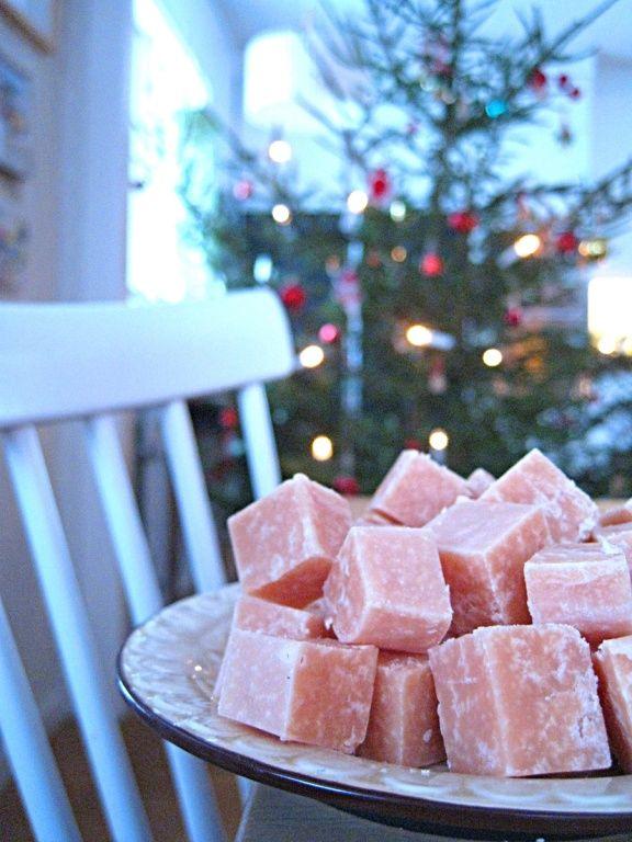 Här kommer ett riktigt roligt recept på julgodis i form av skumtomtefudge. Det roligaste med det hela är att