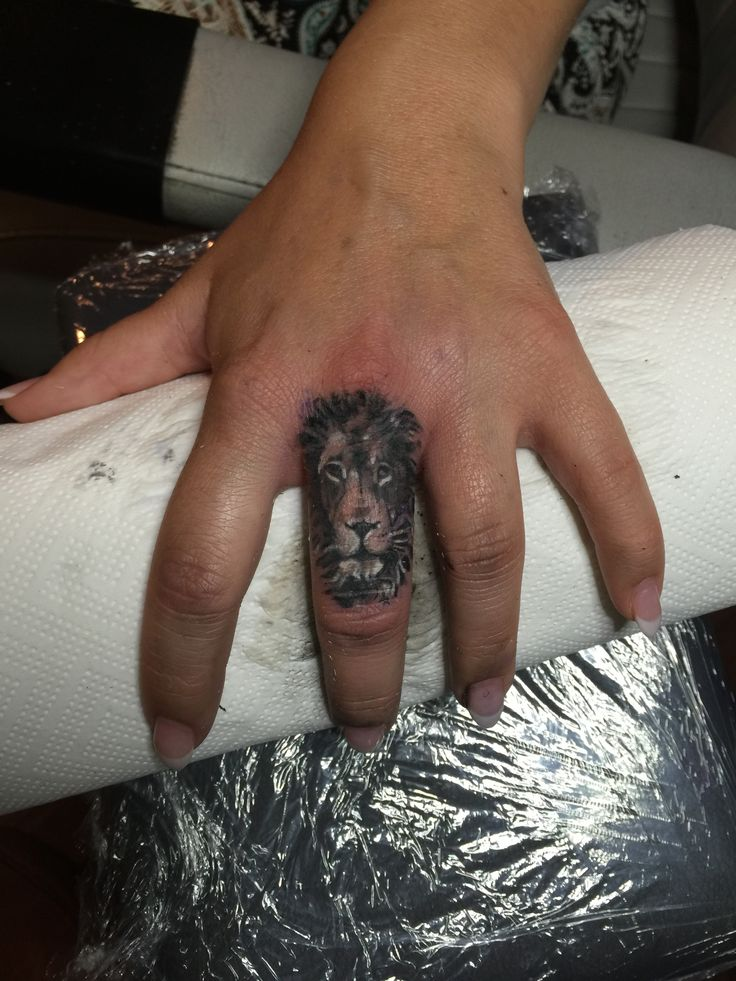 Lion Finger tattoo - made by corey@der Lachs (Berlin/Germany)