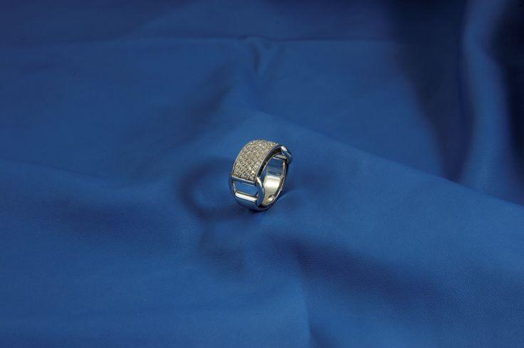 Anello fascia brillanti in oro bianco con fibbie laterali che si muovono e si appoggiano comodamente sul dito! Sportivo ed elegante!