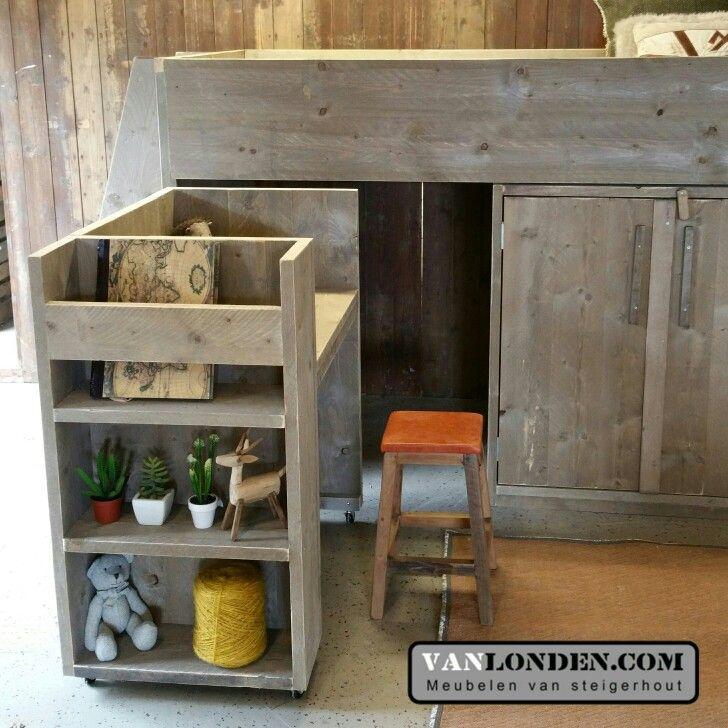 Halfhoogslaper met kastruimte en uitschuifbaar bureau (op wielen) van steigerhout ... www.vanlonden.com