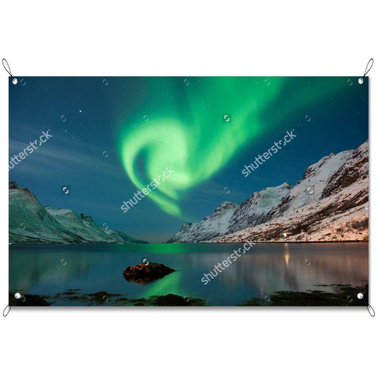 Tuinposter Noorderlicht | Maak je tuin nog mooier met een weerbestendige tuinposter van YouPri. Bewezen kleurbehoud! #tuinposter #tuindoek #tuin #poster #weerbestendig #kleurbehoud #frontlit #goedkoop #voordelig #spanners #ogen #natuur #noorderlicht #spectaculair #groen #natuurverschijnsel #noorwegen