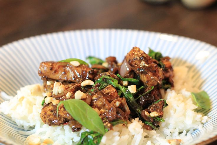 Schnell & köstlich: Wok-Hühnchen mit Thaibasilikum, hausgemachter Hoisin-Sauce und Erdnüssen. #tgif