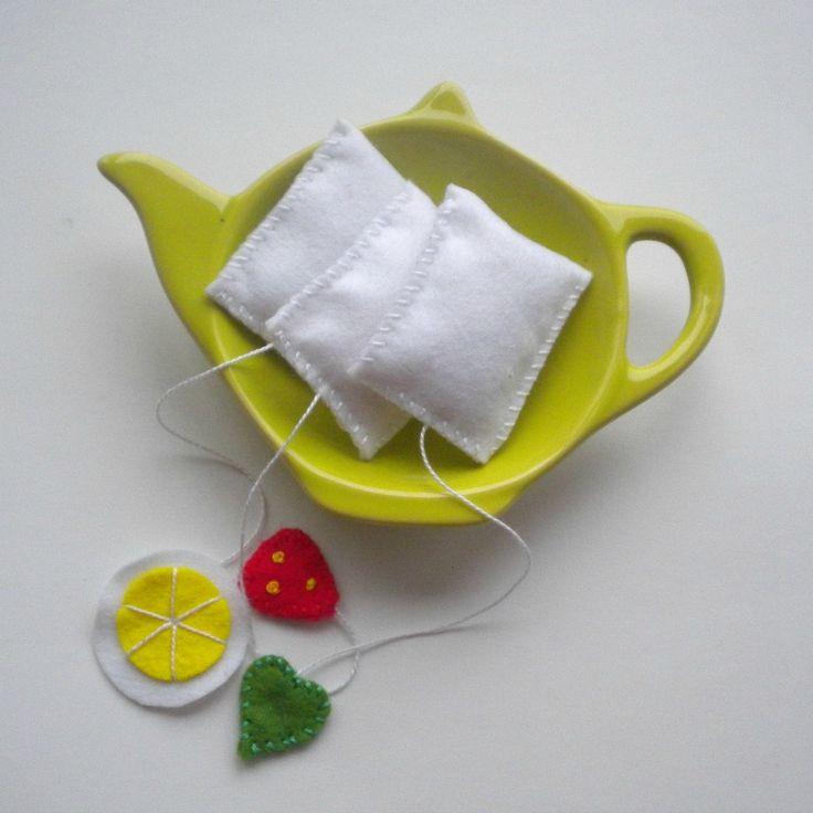 Čajíčky ovocné - čajové pytlíčky ručně šité z plsti (filcu), lehce vyplněné dutým vláknem - vel. pytlíček 3,5x4,5 cm - na délku i se šňůrkou cca 14 cm - cena je za 1 ks - na výběr máte jahodový, citronový a zelený (třeba březový) čaj - krásný doplněk do dětské kuchyňky - k dortíkům, ovocnému tunelu nebo koblížku