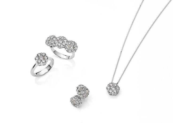 Collezione MAGIA ...l'oro si fonde con i diamanti per creare una magia di luce...  #magia #afrodite #love #diamond #trend #fashion #gold #gioiello #diamante #brillante #magic #anello #trilogy #girocollo #orecchini #pendant #ring #earing