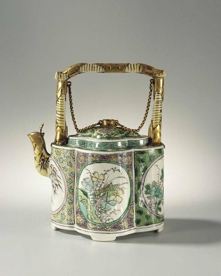 Anonymous | Trekpot, Anonymous, 1875 - 1900 | Trekpot met deksel en rechtopstaand hengsel famille verte, gebombeerd model op vier pootjes met goud gemonteerd.