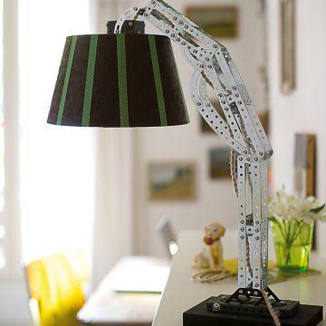 Une lampe réalisée en Meccano / lumière, détournement, lampe de bureau
