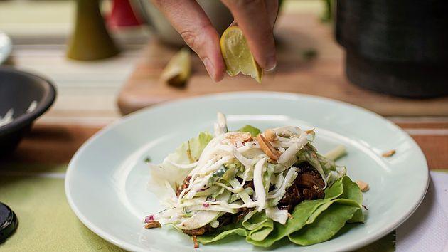 Tacos de laitue au porc effiloché à la sauce Char Siu, salade de choux aux pommes-coriandre et cheddar fort #pulledpork #tacos #charsiu #lettucewrap #healthy #recipe
