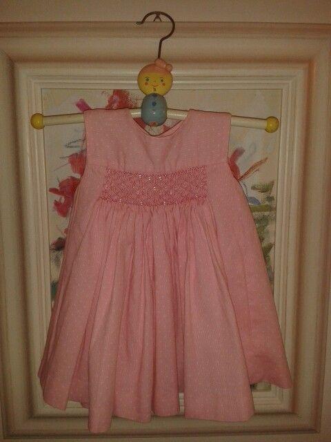 Vestido rosa con punto smock y perlitas trasparentes