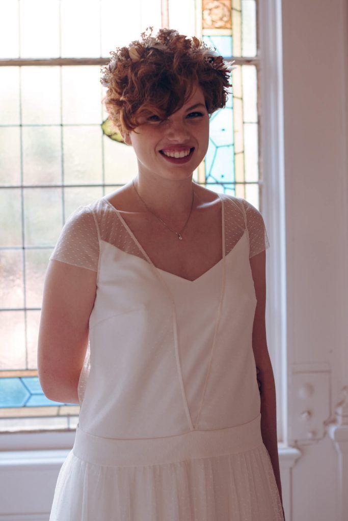 Modèle Elisabeth, robe de mariee en plumetis avec une ceinture taille basse et un dos transparent à pois. Création sur mesure à Lyon. Collection robes de mariee sur mesure 2018