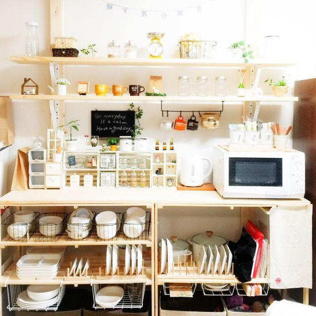 mioさんの、ホーローポット,キッチンスケール,IG↬mio.life,Instagramやってます,いつもいいねをありがとうございます♡,セリアリメイク,ホーローマグカップ,瓶,フェイクグリーン,3Rhomeさん,雑貨,雑貨大好き♡,100均,セリア,DIY,ディアウォール,ディアウォール棚,ニトリ,キッチン,のお部屋写真