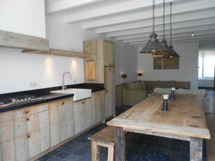 25 beste idee n over balkenplafond op pinterest houten balken balken plafonds en houten - Witte keuken en hout ...