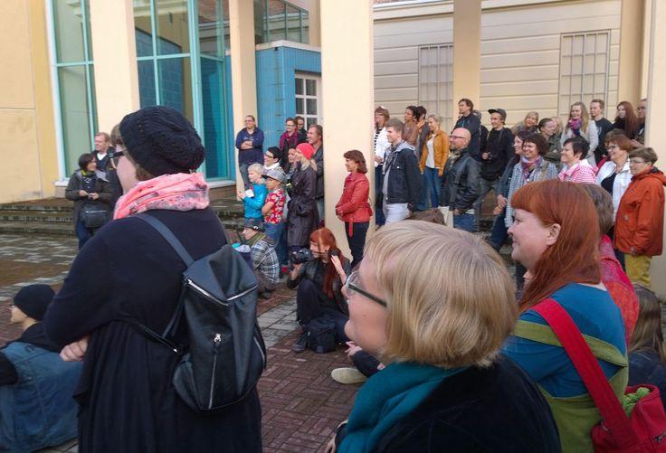 Impivaaraa katsomaan oli saapunut satoja ihmisiä. Oulu (Finland)