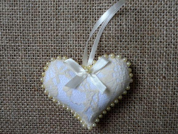 Sachê de coração, feita em tecido, com renda e aplicação de pérolas.  Ideal para lembrancinhas de nascimento, casamento, batizado, aniversário ou bodas.