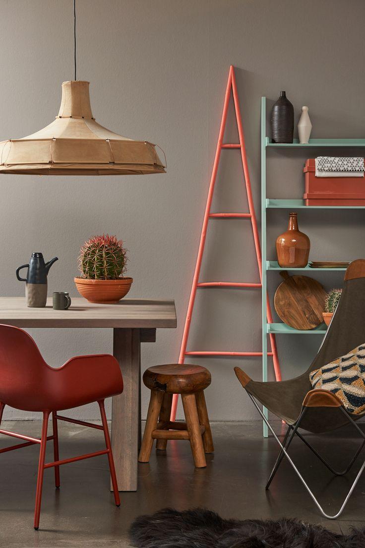 Earth & Africa: Dit moderne interieur is een mix van strak design en handgemaakte items. De lamp is van Pepe Heykoop, gemaakt van metaaldraad en suède huid. De marsala-kleurige stoel is van Normann Copenhagen.