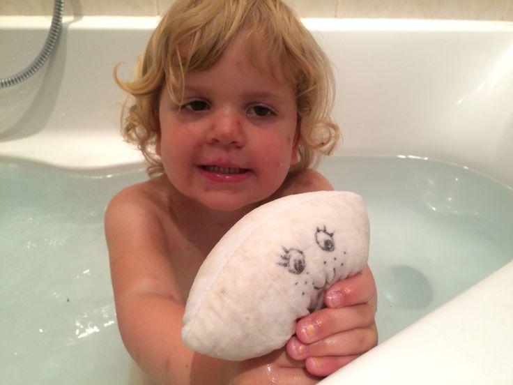 Washandje met havermout voor spoedig herstel van waterpokken. Elastiekje erom en gezichtje maken met watervaste stift en je badspookje is klaar. In lauwwarm water hangen als een theezakje, maar ermee spelen is ook fijn. Heerlijk zachte 'melk' komt eruit.