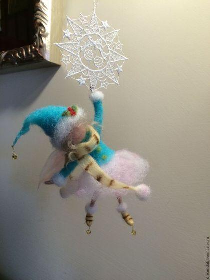 Фея 'Легкая как снежинка' в интернет-магазине на Ярмарке Мастеров. Маленькая фея летит, держась за снежинку. Выполнено в технике сухого валяния. Очень нарядная, яркая и, в тоже время, нежная композиция. Для платье феи я использовала 2 цвета: яркий голубой и нежно-розовый. Снежинка сделана в стиле макраме.