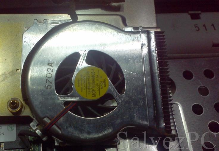 """Coolerul capsulat al lui IBM T43 pare """"Built to last"""".  Pacat ca designul nu a permis accesul sa il putem lubrifia pentru o functionare mai silentioasa"""
