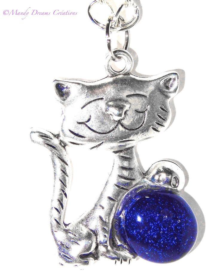 Collier lumineux, pendentif chat souriant avec un cabochon en fusing bleu, en verre dichroïque, fait main,pièce unique : Collier par mandy-dreams-creations