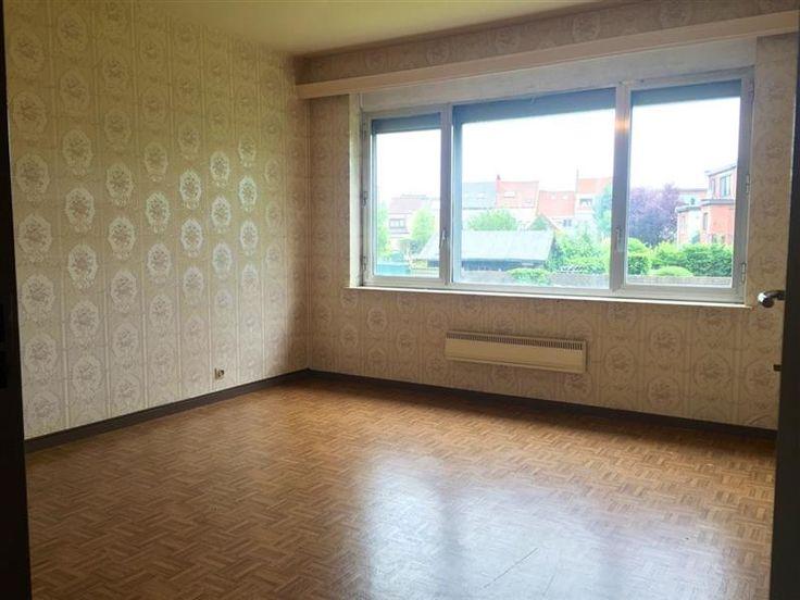 Appartement Residentie Kraaienhof (80m2) met prachtig uitzicht. - 150.000€ - BURCHT - Appartement (80m2) op de eerste verdieping met prachtig uitzicht.  Goed gelegen appartement in een blok met lift.  Bestaat uit een inkomhal, woonkamer (28 m2), keuken, badkamer (vernieuwd in 2005), bergplaats, 2 slaapkamers (15 - 9,6 m2) en terras met zicht op het bos.  Bergruimte op het gelijkvloers.  Extra:  Verwarming via accumulatoren op nachttarief, vernieuwd in december 2014.  Alle ramen dubbel glas…