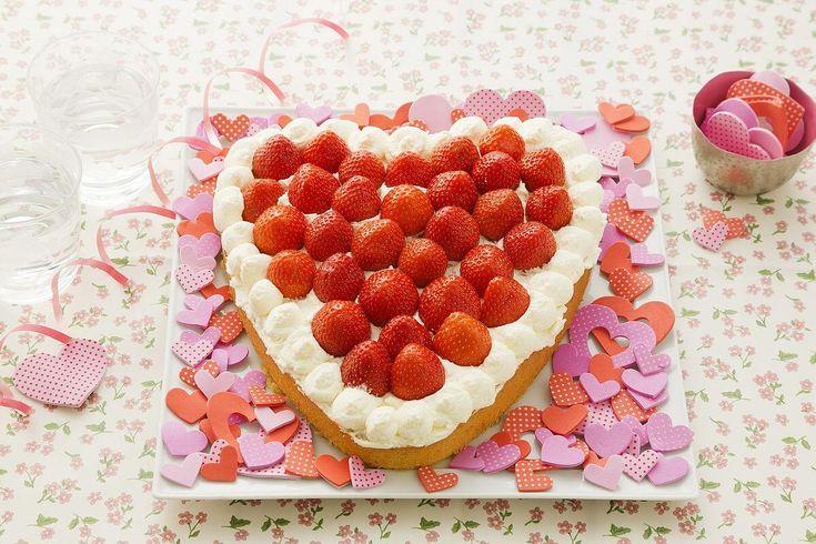 Een heerlijke Moederdagtaart maken? Bekijk hier het recept voor een Hartvormige taart met aardbeien en slagroom voor Moederdag.