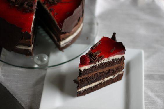 Takkekake! Sjokoladekake med smørkremer og bringebærgelè.