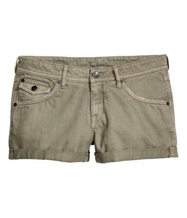 Khakinvihreä. 5-taskushortsit pestyä denimä. Kulutustehosteita. Takataskut ja kolikkotasku, joissa läppä ja painonappi. Matala vyötärö ja lahkeensuissa