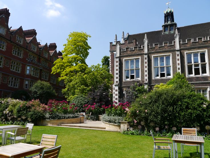 Middle Temple Garden is such a beautiful backdrop for wedding pictures