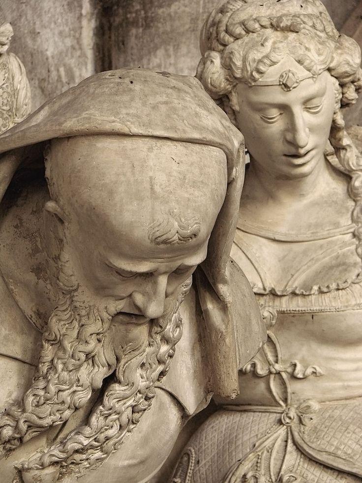 Sépulcre, 16ème siècle, dans l'église Notre-Dame de Joinville, Haute-Marne. Détail: Nicodème ou Joseph d'Arimathie, avec Marie-Madeleine à l'arrière-plan.