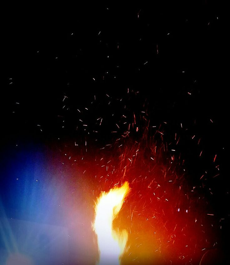 Addio alle feste materialistiche, domani ultimo giorno di 'tutti buoni per forza',  il 7 Gennaio si spengono le luci e, nel silenzio, forse sentiremo Gesù nascere...  Quella magia del Natale che ci siamo persi nelle corse alla ricerca del cibo inutile, delle lucine cinesi,  dei messaggi 'copia e incolla' per riempire le memorie dei telefoni. Viva chi è sopravvissuto!