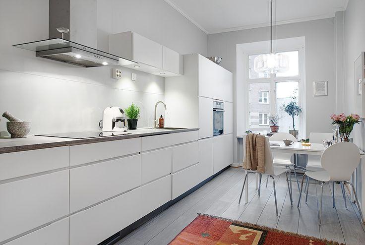 Nyrenoverat kök i vitt med inbyggda maskinner